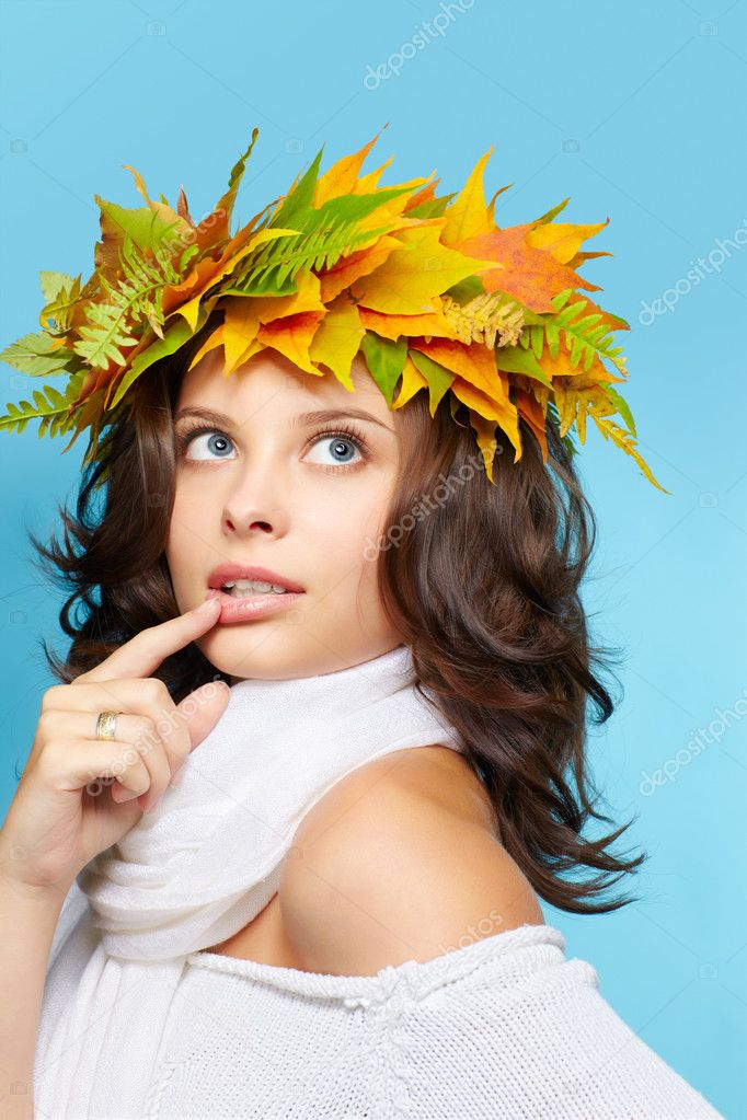 Portrait of beautiful young brunette woman in garland of autumn maple and fern leaves — Stock Photo #7244952