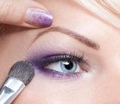 Wizażystka zastosowanie eyeshadow — Zdjęcie stockowe