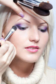 Makeup artist applying eyeshadow — Stock Photo