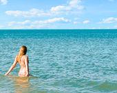 Beautiful woman and sea — Stock Photo