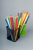 Färgglada pennor i bakgrunden — Stockfoto