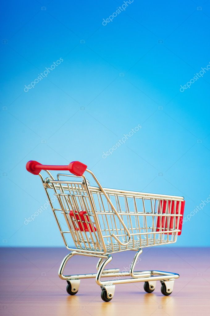 Mini shopping cart against gradient background — Lizenzfreies Foto #6845027