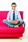 Schüler arbeiten mit laptop auf dem sofa sitzen — Stockfoto