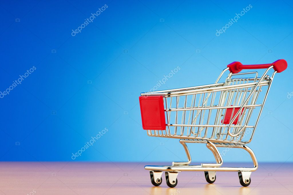 Mini shopping cart against gradient background — Lizenzfreies Foto #6882089