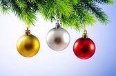 Kerstballen op kerstboom in viering concept — Stockfoto