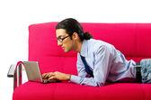 Estudiante que trabaja con el ordenador portátil sentado en el sofá — Foto de Stock