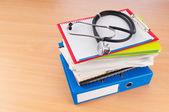 聴診器と本の医学の概念 — ストック写真