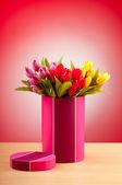 Caja de regalo y tulipanes sobre fondo degradado — Foto de Stock
