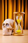 死亡与沙漏和头骨的概念 — 图库照片