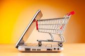 Online-shopping mit computer und wagen — Stockfoto