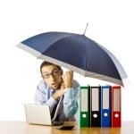 Unternehmer holding-Dach im Büro — Stockfoto #7385154