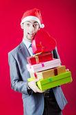 Empresário oferecendo presentes no natal — Foto Stock