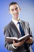 Biznesmen czytanie książki — Zdjęcie stockowe