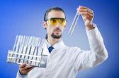 Młody chemik uczeń pracuje w laboratorium — Zdjęcie stockowe