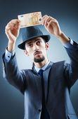 Детектив, глядя на фальшивые деньги — Стоковое фото