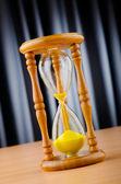 Zeit-konzept mit sanduhr — Stockfoto