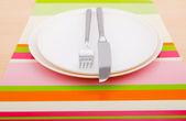 Vacíe las placas con los utensilios de mesa — Foto de Stock