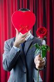 молодой человек с красной розы — Стоковое фото
