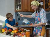 Gütliche familie in der küche. — Stockfoto