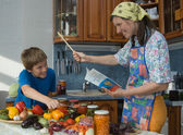 Família amigável na cozinha. — Foto Stock