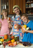 Vänskaplig familj på kök. — Stockfoto