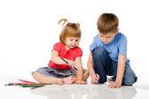 çocuk renkli kalemler çekmek — Stok fotoğraf