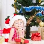 新的一年树附近礼品的女孩 — 图库照片