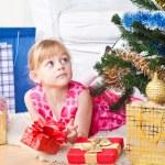 flicka med gåvor nära ett nytt år träd — Stockfoto