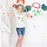 在一个盖帽与涂料中的女孩 — 图库照片