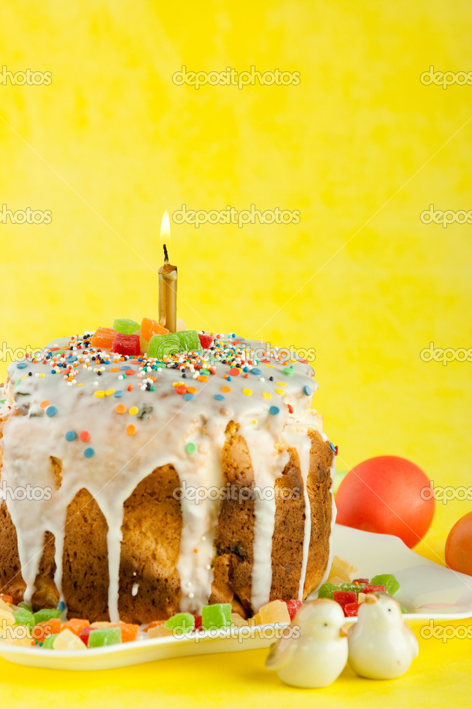 Easter cake with candles on a yellow background. Easter celebrating. — Stock Photo #7882624