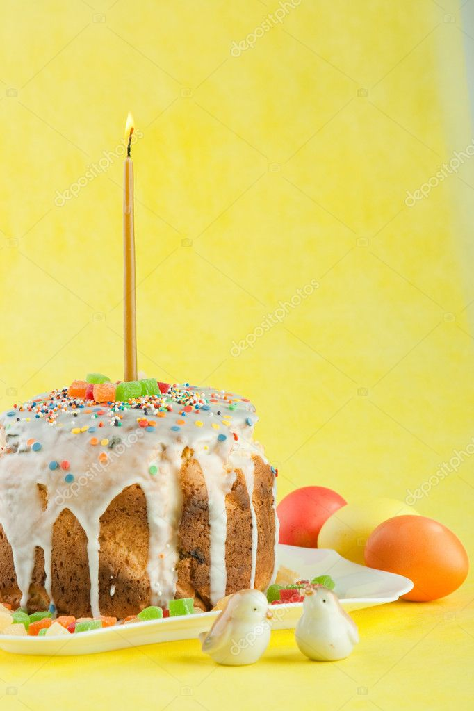 Easter cake with candles on a yellow background. Easter celebrating. — Stock Photo #7882626
