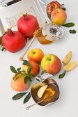 Honey with apple for Rosh Hashanah – jewish new year — Stock Photo