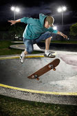Skate boarder jumping — Stock Photo