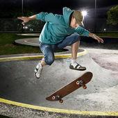 Skate yatılı atlama — Stok fotoğraf