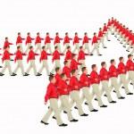 Бизнесмен в красной рубахе идет — Стоковое фото