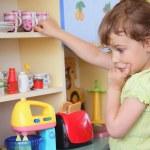 młoda dziewczyna myśli na kuchni — Zdjęcie stockowe