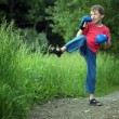 Boy-boxer trains in park — Stockfoto