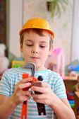 Pojke i plast hjälm med leksak verktyg — Stockfoto