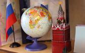 Vlajka, glóbus a kreml věž rusko na polici — Stock fotografie
