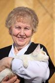 Femme avec chat souriant d'âge — Photo