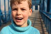 Garçon criant sur pont — Photo
