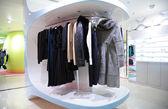 Roupas de mulheres em loja — Foto Stock