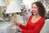 Jonge vrouw in shop van huis technics — Stockfoto