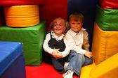 Chico y chica pintada sentaren en el jardín de la infancia — Foto de Stock