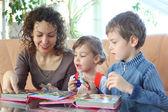 Mor och barn leka med pussel — Stockfoto