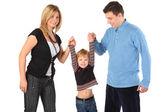 Parents tenir des fils pour les mains — Photo