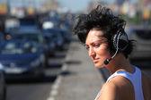 ヘッドフォンを高速道路の真ん中にセットの女の子 — ストック写真