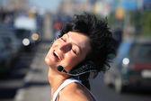 ヘッドフォンを高速道路の真ん中にセットで笑顔の女の子 — ストック写真