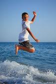 10 代の少年の海岸にジャンプ — ストック写真