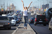 Girl jumps on highway middle — 图库照片